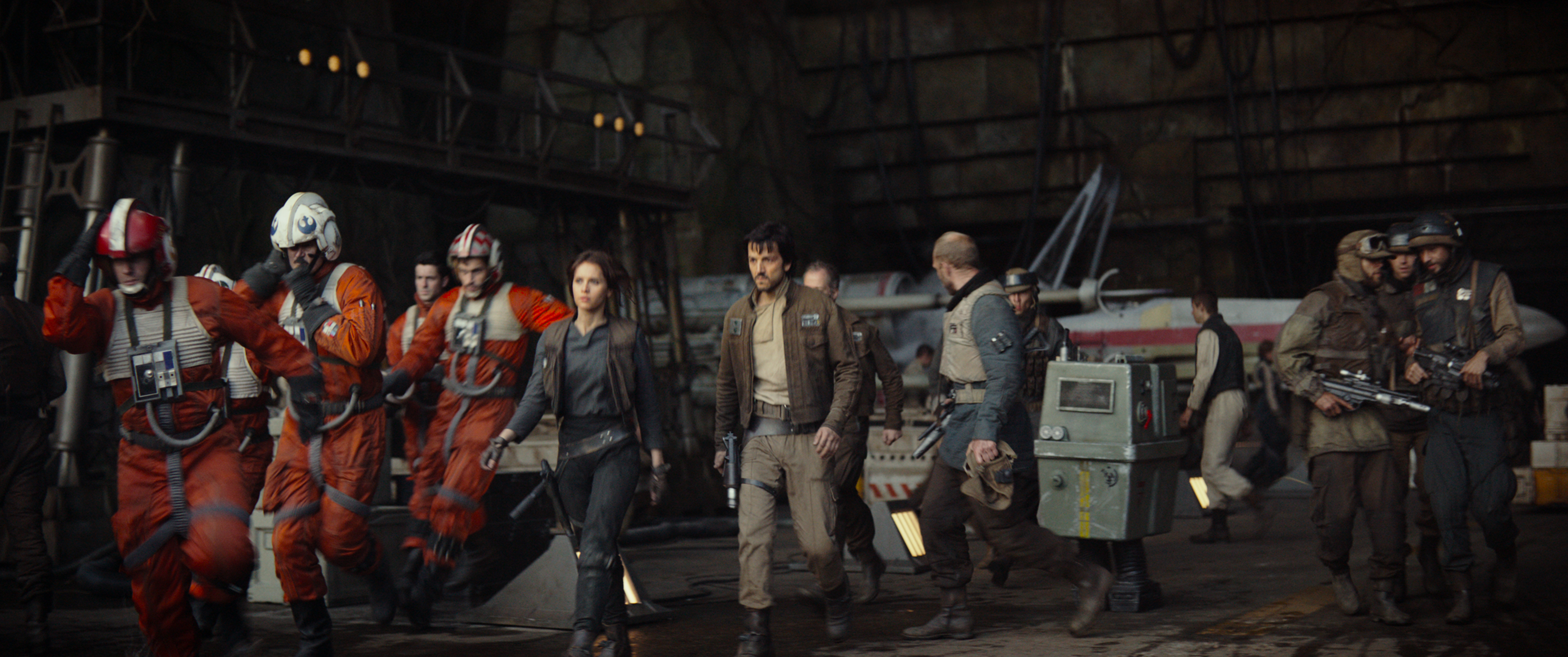 Rogue One: A Star Wars Story L to R: (Felicity Jones) & (Diego Luna) Ph: Film Frame ©Lucasfilm LFL