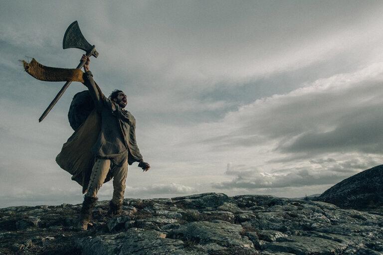 The Green Knight (2021): Bir Yabancı Gelir ve Bir İnsan Yolculuğa Çıkar
